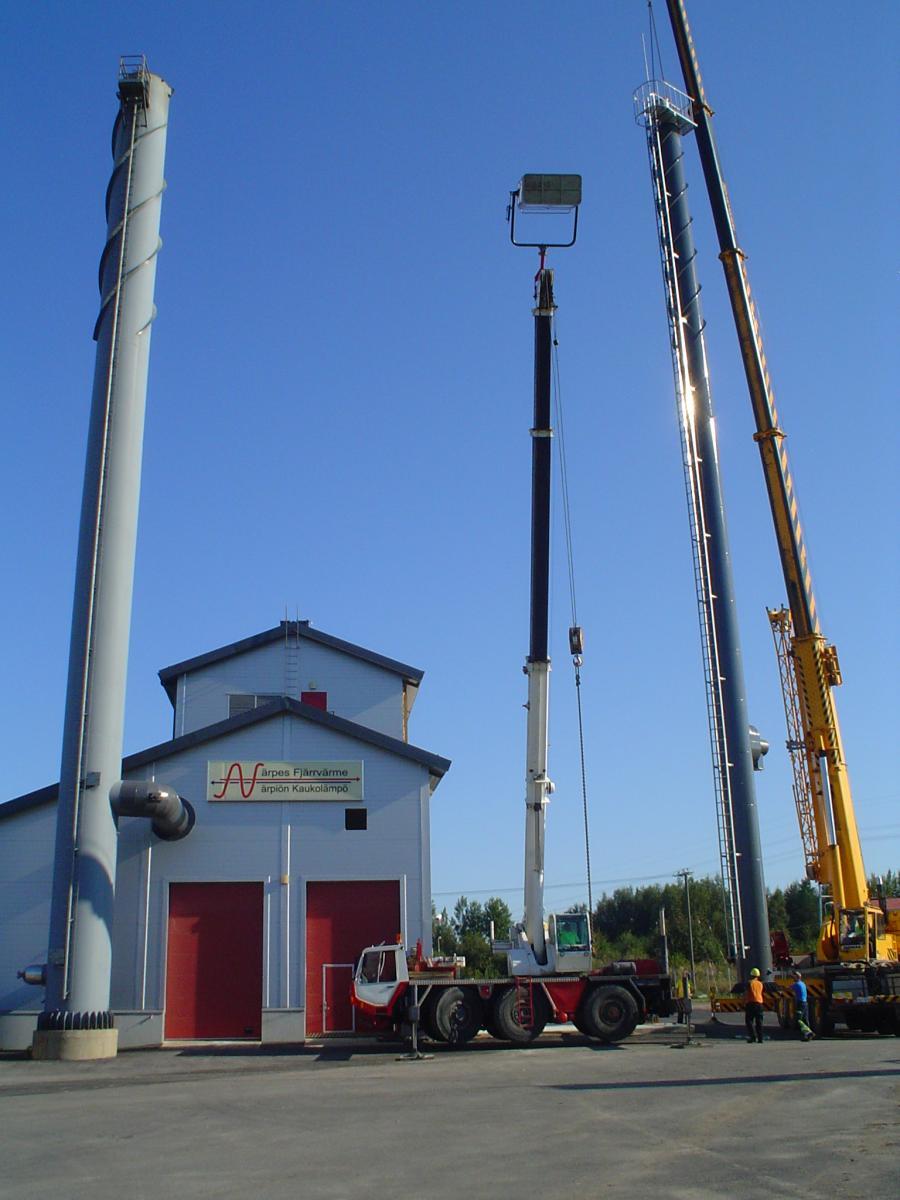 Skorsten sätts på plats 2012 vid biovärmecentralens tillbyggnad