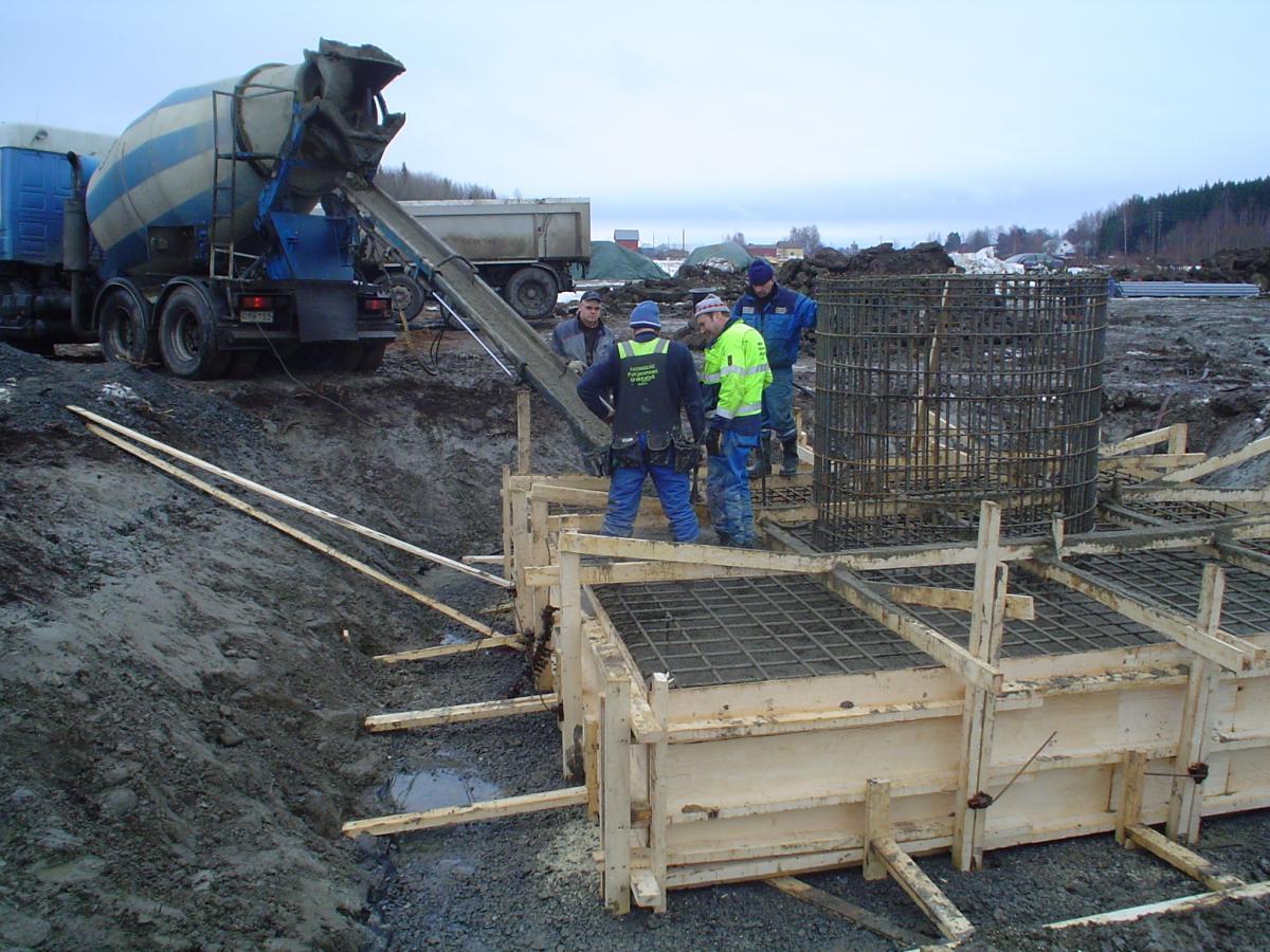 Bygget av värmecentralen 2007: Gjutningsarbeten för skorstenen