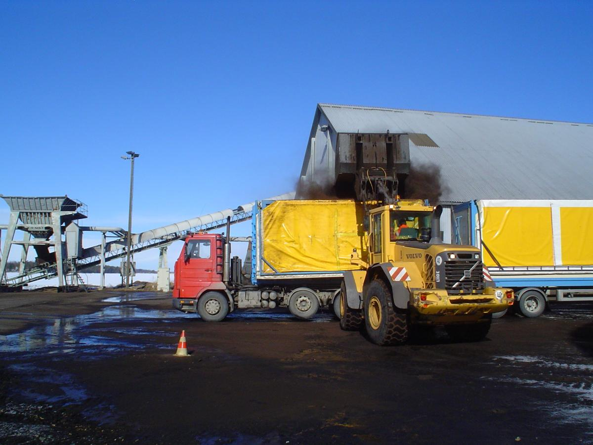 Torven lastas på lastbilsflaket (2012)